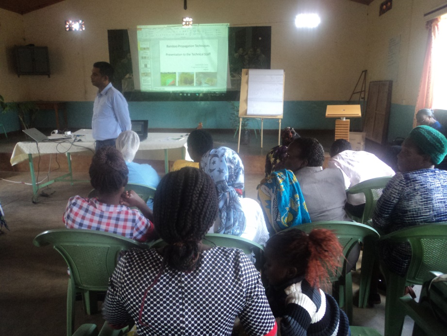 Mr. Durai (Regional Programme Manager – Dutch-Sino-East Africa- INBAR) explains some bamboo concepts to the participants