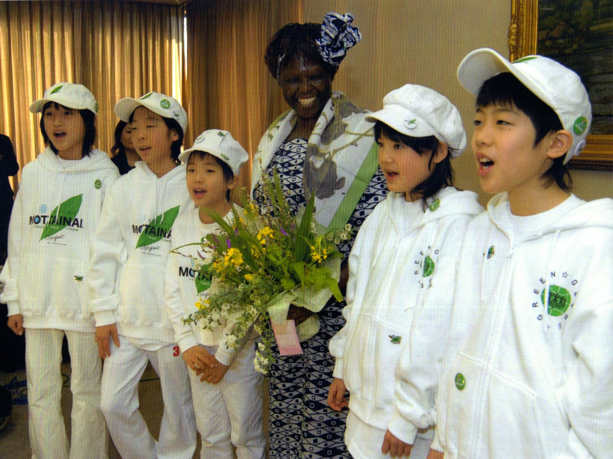 Professor Maathai with students during her visit to Japan